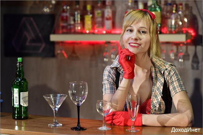 Русская девушка-бармен